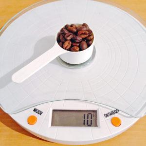 コーヒー豆とスケール